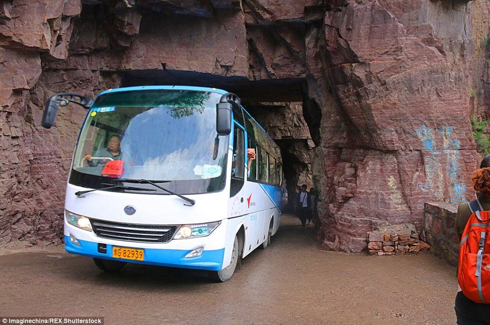 285E4F5300000578-3070211-Tourist_buses_as_well_as_private_owned_vehicles_were_all_stuck_o-a-10_1430919518786
